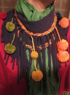 Bufanda circular de pompones $25