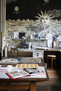 Casa Fornasetti : vivre d'art et d'humour.    Piero Fornasetti (1913-1988),peintre, graphiste, graveur, décorateur d'intérieur, emprunta ses thèmes à l'histoire de l'art, à la nature, à la commedia dell'arte et les déclina à l'infini sur les supports les plus variés.