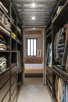 This spectacular loft apartment is a refurbishment of an old carpenter's workshop located in Barcelona's Poble Sec neighbourhood. Designed by Spanish architectural studio FFWD, the team defined that the main goal was to set up the space for habitatio Loft Closet, Wardrobe Closet, Closet Bedroom, Inspiration Dressing, Home Decor Inspiration, Style Inspiration, Casa Loft, Loft House, Walk In Closet Design