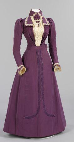 Un bellissimo costume per una donna di fine '800. Anche se il viola porta male in teatro...