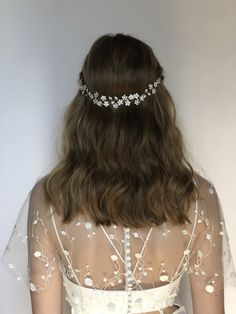 Invisible Flip-in & Halo Hair Extensions Online in 2020 Indian Wedding Hairstyles, Bride Hairstyles, Down Hairstyles, Flip In Hair Extensions, Hairdo Wedding, Wedding Tiara Veil, Garter Wedding, Bride Veil, Hair Vine
