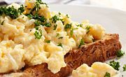 They're the stuff of weekend dreams: fluffy, creamy, indulgent scrambled eggs. Check out these tips from the top chefs on how to perfect your recipe. Weight Loss Meals, Spiced Cauliflower, Pan Integral, Fat Burning Diet, Evening Meals, Scrambled Eggs, Diet Meal Plans, Food Items, Wine Recipes