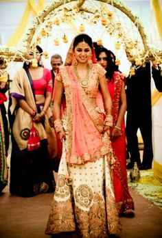 Best site to plan a modern Indian wedding, WedMeGood covers real weddings, genuine Indian Wedding Bride, Big Fat Indian Wedding, Indian Bridal, Indian Weddings, Real Weddings, Mehendi Outfits, Bridal Outfits, Indian Outfits, Bride Entry