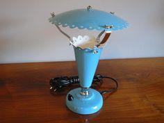 luminaria de mesa sombrinha dos anos 50 na cor azul bebe, toda restaurada.