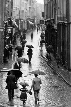 On a rainy street in Visbrug, Dordrecht (Netherlands) 1905.