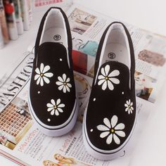 Personalized Style: 15 Fabulously Chic Hand Painted Shoes There's nothing like an inspirational picture to get your creative juices flowing. While you might not recreate what you see in the picture precisely, Painted Canvas Shoes, Painted Sneakers, Hand Painted Shoes, Painted Vans, Canvas Sneakers, Vans Shoes Fashion, Footwear Shoes, Custom Vans Shoes, Custom Converse