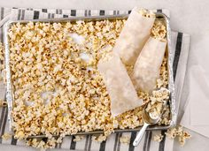 Did you ever wonder how to make your own kettle corn or caramel popcorn? You don't have to wait for the next state fair or hometown festival to enjoy them. Make the sweet treat at home with these kettle corn and caramel corn pointers. Carnival Snacks, Diy Carnival, Sugar Popcorn, Carmel Popcorn, Popcorn Recipes, Snack Recipes, Homemade Kettle Corn, Kettle Corn Popcorn, Finger Food Appetizers