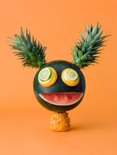 Amazing and unique food art made from different kind of fruits and vegetables carving by Carl Kleiner. its really very impressive and fresh art. L'art Du Fruit, Deco Fruit, Fruit Art, Cute Food, Good Food, Yummy Food, Food Expo, Vegetable Animals, Food Sculpture