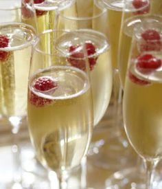 floating fresh raspberries (or blueberries) in champagne ~ elegant New Year's Idea Champagne Party, Fruit Champagne, Champagne Flutes, Champagne Toast, Party Drinks, Fun Drinks, Yummy Drinks, Beverages, Cocktails