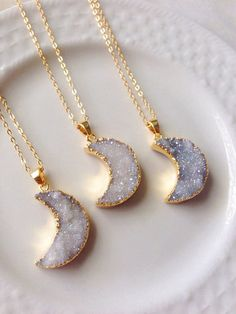 This pretty rock crystal druzy necklace is in the shape of a crescent moon featuring grey titanium natural druzy stone. This is the perfect bohemian necklace to team with any outfit!The pendant measures 24x18mm and has been placed onto a 22 High q...