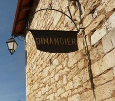 La DINANDERIE est la fabrication artisanale d'objets  utilitaires et décoratifs par martelage à partir d'une feuille de cuivre, d'étain ou de fer-blanc.  Ce nom est issu de Dinant en Belgique, où la tradition du travail du cuivre remonte au XIIéme siècle.  C'est au cours des XVIIème et XVIIIème siècles, que la Dinanderie a pris un réel essor.