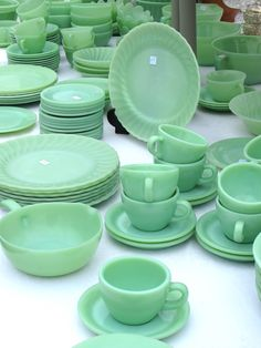 Oh how I love vintage dish sets! Antique Dishes, Antique Glassware, Vintage Kitchenware, Vintage Dishes, Vintage Pyrex, Love Vintage, Vintage Green, Vintage Style, Green Milk Glass