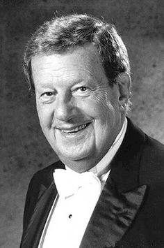 Mariano Mores,leyenda del tango,y uno de los compositores más grandes de Argentina,un artista de enorme creatividad musical,autor de muchas de las obras más famosas de la música popular argentina por excelencia,el Tango.  Pianista, compositor y director de orquesta de tango.(1918-2016).