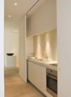 Idea para esconder una cocina en un apartamento pequeño: correderas blancas, espacio estrecho. #kitchendesign