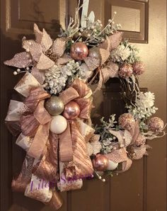 Rhapsody of pastel pink Christmas door wreaths <br> It's 5 weeks until Christmas! Cold outside, warm inside the house. Cozy blanket, fire in the fireplace, warm cup of tea (or cooked wine 😉) in my hands and good movie … Pink Christmas Decorations, Christmas Door Wreaths, Gold Christmas Tree, Holiday Wreaths, Christmas Themes, Christmas Crafts, Christmas Room, Pastel Pink, Rose