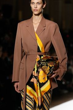 The complete Dries Van Noten Spring 2018 Ready-to-Wear fashion show now on Vogue Runway. Fashion Week, Daily Fashion, Winter Fashion, Fashion Show, Plus Fashion, Fashion Trends, Style Couture, Couture Fashion, Boho Fashion