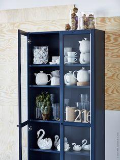 Samla ditt porslin, dina favoritprylar eller kanske dina kaktusar bakom glasdörrar så undviker du massvis av dammtorkning. Här är bokhyllan BILLY med ny fin mörkblå kostym.