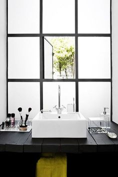 verrière en verre dépoli dans une petite salle de bain noire