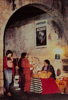 Una fotografía muy especial expuesta en el museo: el puesto de castañas de Gonzalo y su mujer Concha instalado en la Plaça de Baix.