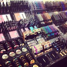 Sephora makeup I freaking love Sephora make-up! Makeup Display, Makeup Storage, Makeup Organization, Skin Makeup, Makeup Brushes, Beauty Makeup, Makeup Rooms, Make Up Collection, Beauty Room