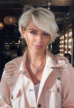 Long pixie haircuts are a wonderful way to apply to short hair. This longer Pixie is perfect for women with busy, fast-paced lifestyles because it doesn't require high maintenance and a long … Pixie Haircut For Thick Hair, Longer Pixie Haircut, Long Pixie Hairstyles, Short Hair With Bangs, Straight Hairstyles, Short Hair Styles, Hairstyles 2018, Short Blonde Hair Cuts For Women, Thick Short Hair Cuts
