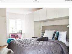 Skabe over seng i soveværelse