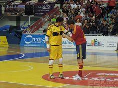 Kike pone el brazalete de capitán de la selección a Juanjo.  @SeFutbol España-Grecia. Homenaje a Kike Boned. Ginés Rubio @grl48