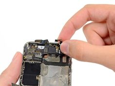 7. Løft den lille jorde-klips op og fri fra logic-boardet og fjern det fra iPhonen.