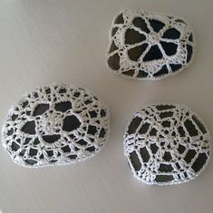 Since there seem to be a lot of crochet-covered-stone-enthousiasts and because i simply love to make them: another free pattern for doily pebbles!