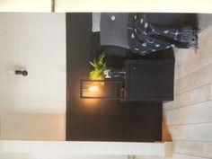 Zwart hoofdboard en nachtkastje
