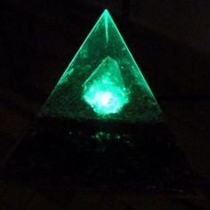 Orgonita Pirámide Tetraédrica Grande con Luz Verde