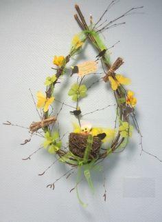 <p>Deux jolies branches de bouleau pleureur, saule pleureur ou tout arbre aux branches assez souples. Quelques sujets sur le thème de Pâques, un nid, 6 mètres de ruban, un...