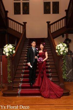 ワインレッドのマーメイドラインのドレスに 濃い紫色とピンクのクラッチブーケ  @綱町三井倶楽部 ys floral deco
