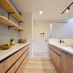 アーバンプランニングさんはInstagramを利用しています:「キッチン背面にはブルーのアクセントクロスを🌱ナチュラルな雰囲気のキッチンとマッチしますね😊✨ 造作棚も設け、魅せる収納も楽しめます♪ ・ #アーバンプランニング #urbanplanning #eMIRAIE #emiraie #新築 #新築一戸建て #マイホーム…」 Corner Bathtub, New Homes, Bathroom, Interior, Kitchen, House, Instagram, Washroom, Cooking