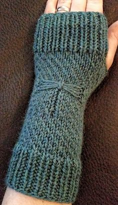Ravelry: Magic Dragonfly Mitts pattern by Erica Charpentier; cute pattern but not free. Reminds me of Dragonfly in Amber - second Outlander book Crochet Mittens, Crochet Gloves, Knit Or Crochet, Crochet Pattern, Knitting Yarn, Hand Knitting, Knitting Patterns, Fingerless Gloves Knitted, Knitted Hats