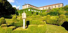 Pazo de Xaz. El Pazo de Xaz es un magnífico espacio situado en Oleiros, a escasos quince minutos del centro de A Coruña. Data del siglo XVII y sus inmensos y bellos jardines recogen una larga historia.