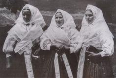 Slovak women are going in the church Bratislava, Czech Republic, Folklore, Prague, Vintage Photos, Art Decor, Antiques, Roots, Women