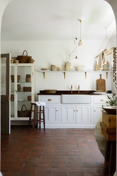 Traditional country kitchens are a design option that is often referred to as being timeless. Over the years, many people have found a traditional country kitchen design is just what they desire so they feel more at home in their kitchen. Devol Kitchens, Home Kitchens, Dream Kitchens, Home Interior, Interior Design Kitchen, Interior Ideas, Cozinha Shabby Chic, Country Look, European Kitchens