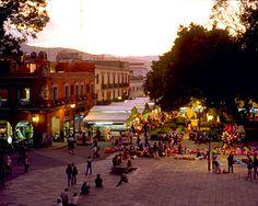 El zócalo de Oaxaca es la corazón de la ciudad desde 1529.  El Zócalo es el lugar donde las personas conocen otras personas y pueden mirar un concierto musical.  También, muchas protestas ocurrieron en el zócalo. Ahora, las protestas no ocurren aquí porque las oficinas del gobierno no están en el zócalo.  Además, hay muchos cafés alrededor del zócalo.