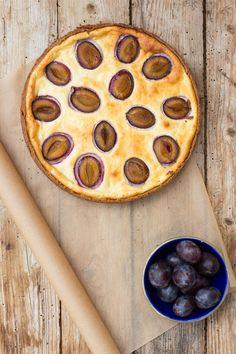 Ahornsirup gesüßter Käsekuchen mit butterfreiem Mandel-Chia-Mürbteig und Zwetschgen - Carrots for Claire