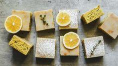 Vjednoduchosti je krása! Kombinace máslového těsta, křupavého máku asvěží citronové polevy se prostě jen tak neokouká. Řezy se navíc pečou jen opravdu krátce, takže budete mít za chvilku hotovo. Naan, Recipe Box, Grapefruit, Pineapple, Sweets, Cheese, Baking, Food, Lemon
