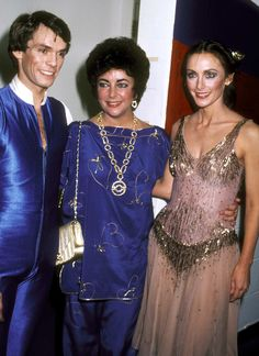 Elizabeth Taylor- November 1980 with Olympic skaters, John Curry and Peggy Fleming. John Curry, Elizabeth Taylor Jewelry, Mens Figure Skates, And Peggy, Christina Hendricks, Beautiful Actresses, Hollywood Actresses, Most Beautiful Women, Business Women
