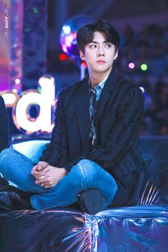 The way he crosses his legs and put them up like that makes him seem so maknae-like hahahahaha so cute