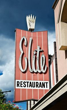 They have the best old fashioned milk shakes. Elite Restaurant neon sign in Penticton, British Columbia, Canada. Vintage Signs For Sale, Vintage Tin Signs, Miami Art Deco, Old Neon Signs, Old Signs, Retro Signage, Vintage Diner, Vintage Ads, Restaurant Signs