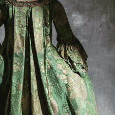Fashion Forward, 3 siècles de mode Fashion Forward, 3 centuries of Fashion 18th Century Dress, 18th Century Fashion, Historical Costume, Historical Clothing, Historical Dress, Rococo Fashion, Vintage Fashion, Victorian Fashion, Fashion Fashion