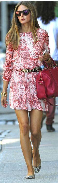 Olivia Palermo sempre arrasa . Adorei esse look com vestido estampa paisley vermelho e bolsa vermelha também