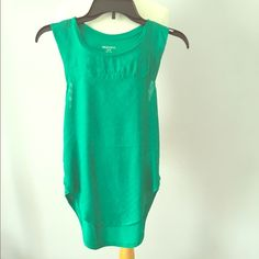 Green sleeveless textured tunic tee Green muscle sleeve chevron textured tunic Tops Tunics