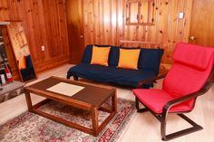 Cabin in East Stroudsburg, United States. The lovely cabin is surrounded by wild mint, 1000 FT above sea level, on top of a mountain in a quiet residential area. It's just 25 mins from the beautiful Delaware Water Gap with all kinds of outdoor activities such as hiking, white water raftin...