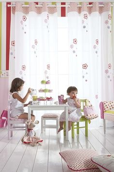 Idea de habitación infantil de la colección Cool Kids. Visillo bordado Gema con flores de Scenes.