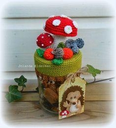 Jolanda's Crea-Blogg: Herfst op een potje Crochet Box, Crochet Fall, Knit Crochet, Crochet Jar Covers, Crochet Mushroom, Mason Jar Cozy, Crochet Kitchen, Jar Lights, Handmade Crafts
